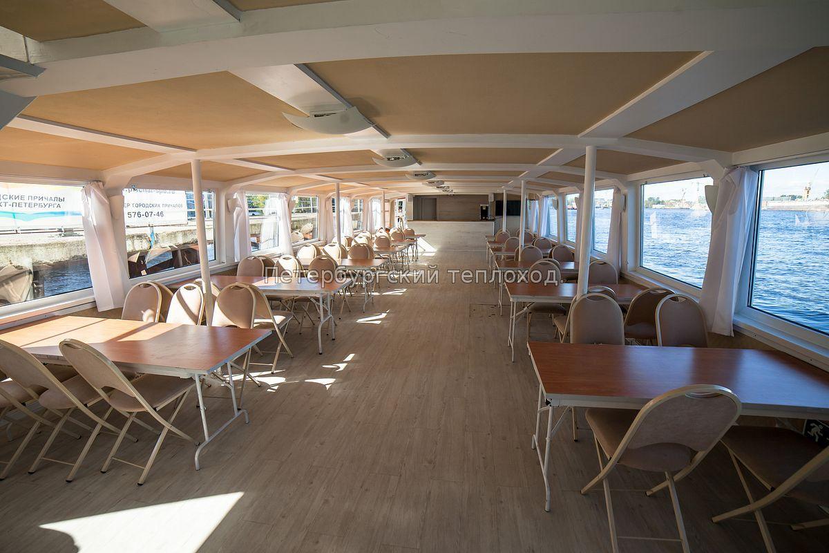 Вид на барную стойку теплохода Grand Marine