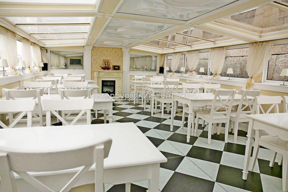 Белый салон теплохода Грация