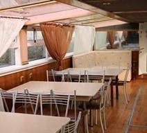 Столы по левому борту теплохода Тамерлан