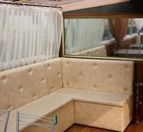 Большое зеркало и мягкий диван на теплоходе Тамерлан