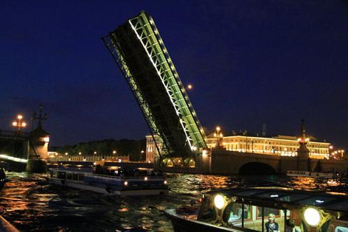 Разводной мост на выпускном.