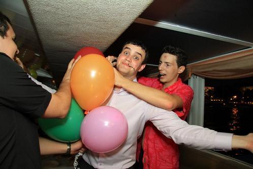 Игра с шариками на выпускном.